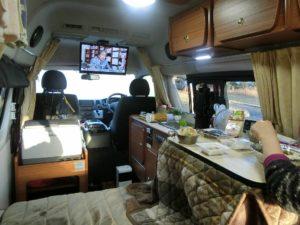 キャンピングカーで朝食_171202