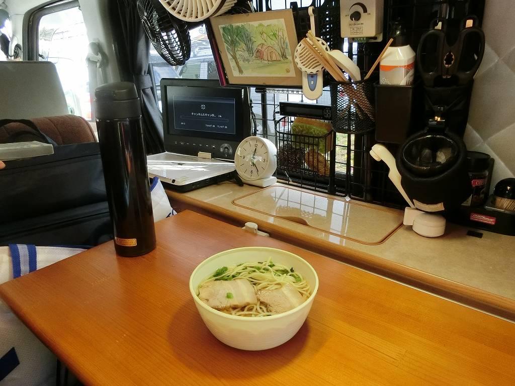 軽キャンでレトロ自販機のラーメンを食べる_180103