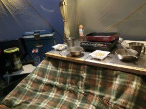 テント内で夕食の準備_1_180324