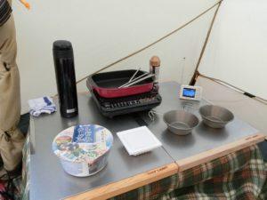 テント内で朝食の準備_1_180325