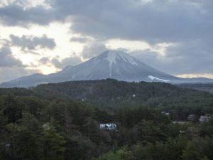 部屋から見えた朝の大山_180408