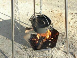 焚き火とダッチオーブンでモツ煮込み_180421