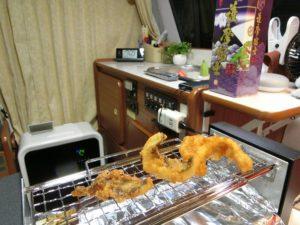 電気式焼鳥器で惣菜を温める_180623