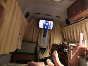 テレビを見ながら横になる_180715
