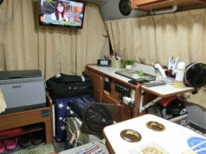 車内でテレビを見ながら夕食_180811