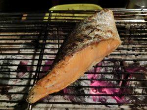 鮭を炭火焼き_181013