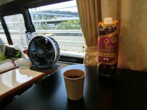 キャンピングカーでカフェ気分_181021