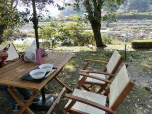 野外のテーブル席_181110