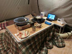 テント内のコタツで夕食_181222
