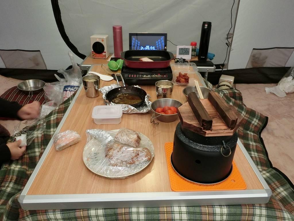 テント内で朝食_181223
