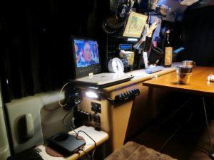 サイドテーブルでスマホ充電_190103