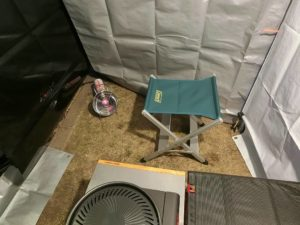 椅子の横にジュニアヒーター_190113