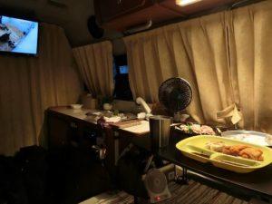 キャンピングカーで夕食_2_190525