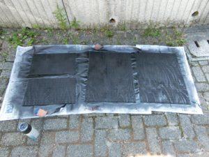 裏を黒く塗った有孔ボード_190715