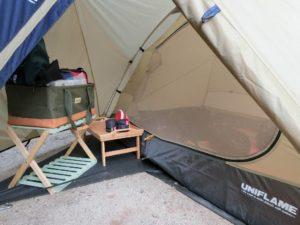 小型テントの前室に木製ラックとバンブーテーブル_190803